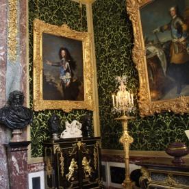 Duc de Bourgogne, fils aîné du Dauphin et petit-fils de Louis XIV, par Hyacinthe Rigaud. Le meuble en dessous du tableau est un médaillier